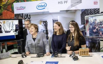 Girls'Day 2019: Roboter der Hochschule Pforzheim malt Bild für Angela Merkel